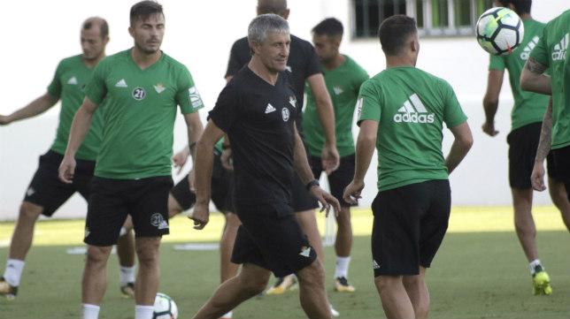 Setién, en un entrenamiento. Foto: Juan Flores