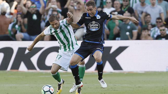 Joaquín ante Fernando Navarro en el Betis-Deportivo (EFE/Jose Manuel Vidal)