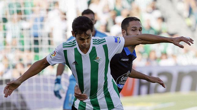 Mandi ante Andone en el Betis-Deportivo (EFE/Jose Manuel Vidal)