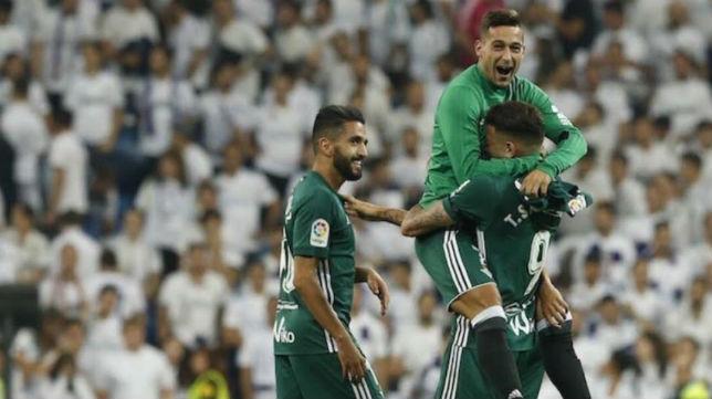 Sergio León abrazó a Tonny Sanabria en el momento en el que Mateu Lahoz decretó el final del partido en el Bernabéu
