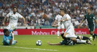 Antonio Adán, ante Cristiano, en el Real Madrid-Real Betis (AFP)