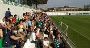 La afición del Betis, en un entrenamiento en la ciudad deportiva