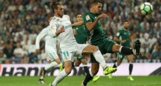 Feddal disputa un balón con Bale en el Santiago Bernabéu (Foto: Reuters)
