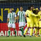 Los futbolistas del Villarreal celebran uno de los goles anotados ante el Betis (Foto: EFE)