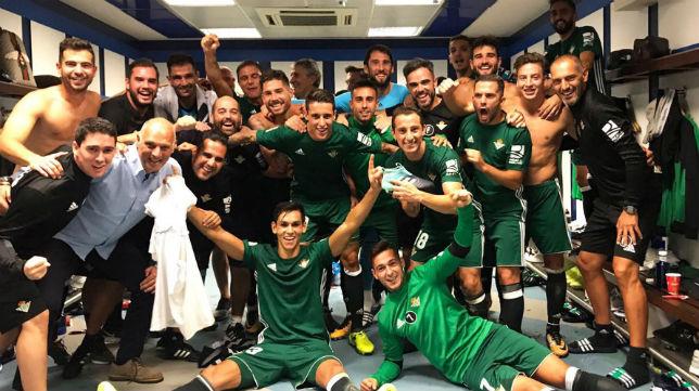 Los jugadores del Betis celebran en el vestuario del Santiago Bernabéu el triunfo logrado ante el Real Madrid (Foto: @RealBetis)