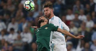 Boudebouz salta con Sergio Ramos durante el Real Madrid-Real Betis (Foto: Reuters).