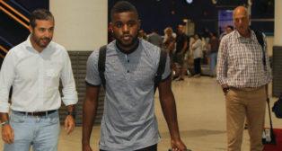 Joel Campbell, a su llegada a Sevilla junto al médico del Betis, Tomás Calero (Foto: Raúl Doblado)