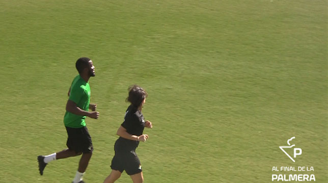 Campbell, junto a Raquel (recuperadora), en un entrenamiento del Betis
