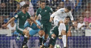 Fabián pelea en el área del Betis en un disparo de Cristiano Ronaldo en el partido del Bernabéu (Foto: EFE)