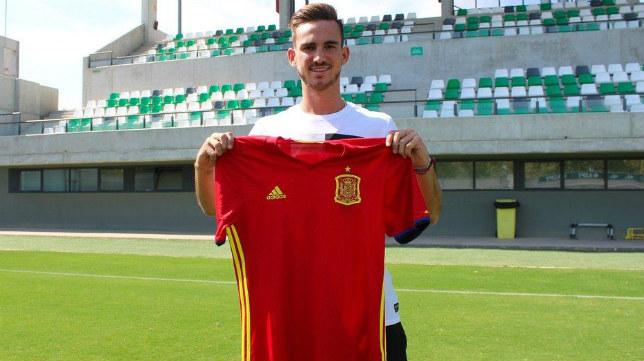 Fabián posa con la camiseta de la selección española. Foto: RBB