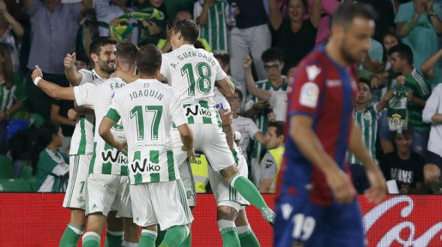 Los jugadores del betis celebran uno de los goles anotados ante el Levante (Foto: EFE)