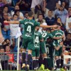 Los jugadores del Betis celebran el gol marcado por Sanabria en el Bernabéu