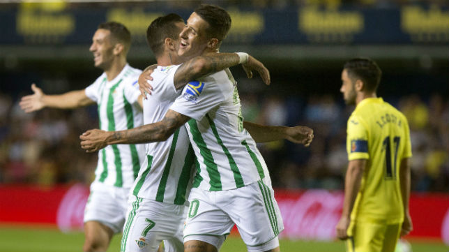Sergio León es felicitado por su compañero Tello tras marcar en Villarreal (Foto: EFE)