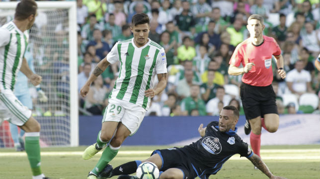 El bético Narváez conduce la pelota en el partido jugado ante el Deportivo de La Coruña (Foto: Juan Flores)