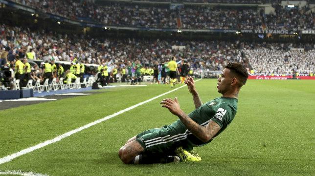 Sanabria celebra su gol que dio la victoria al Betis frente al Real Madrid en el Bernabéu