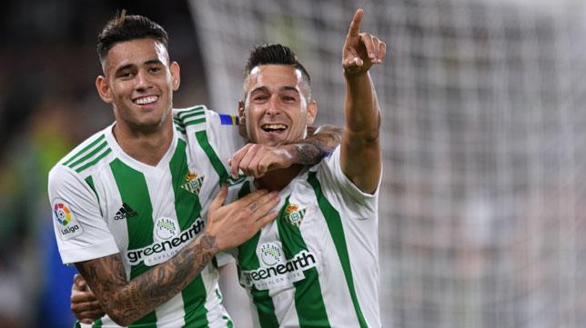 Sanabria y Sergio León celebrran un gol en el Betis-Levante (J. J. Úbeda)