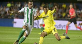 Sergio León presiona al jugador del Villarreal Fornals (Foto: EFE)