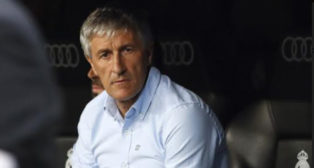 Quique Setién, en el banquillo del Santiago Bernabéu durante el Madrid-Betis (Foto: EFE)