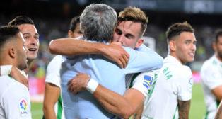 Quique Setién y Fabián celebran un gol en el Betis-Levante (J. J. Úbeda)