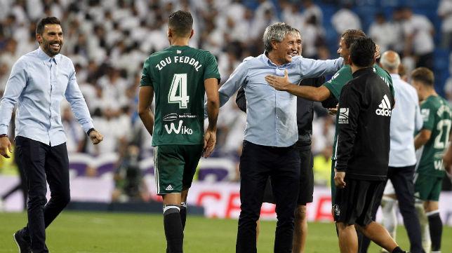 Eder Sarabia y Quique Setién celebran con los jugadores el triunfo logrado en el Bernabéu (Foto: EFE)