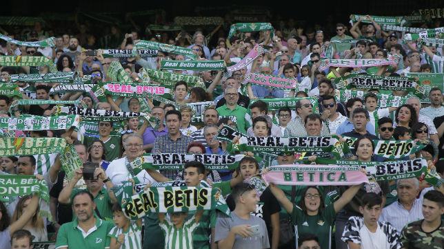 La afición del Betis, durante el partido ante el Alavés (Foto: J. M. Serrano)