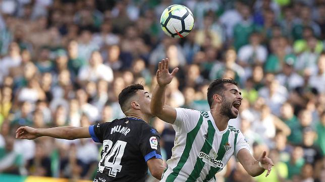 Amat pugna con Munir en una acción del Betis-Alavés (Foto: J. M. Serrano)