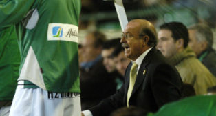 Serra Ferrer da instrucciones durante el Betis-Alavés de la 2005-2006