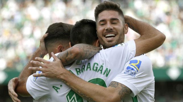 Barragán, Javi García y algunos jugadores más celebran uno de los goles del Betis al Alavés (Foto: EFE)