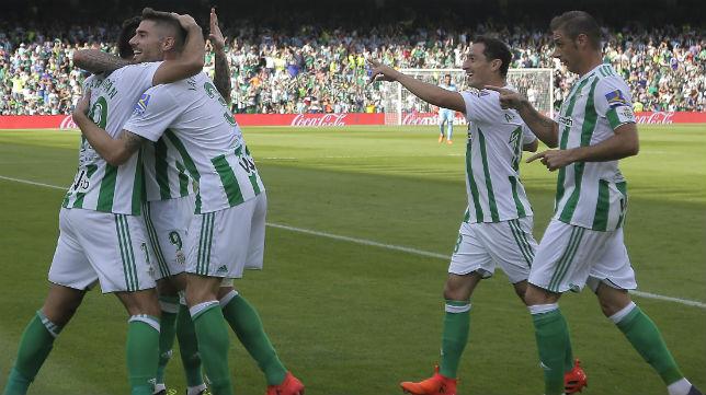 Guardado se acerca con Joaquín a felicitar a Sanabria por su gol al Alavés (Foto: J. M. Serrano)