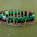 Setién habla con sus futbolistas al inicio de un entrenamiento