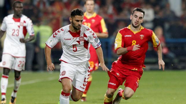 Riza Durmisi disputa un balón con Jankovic en el enfrentamiento entre Montenegro y Dinamarca (Foto: Reuters)