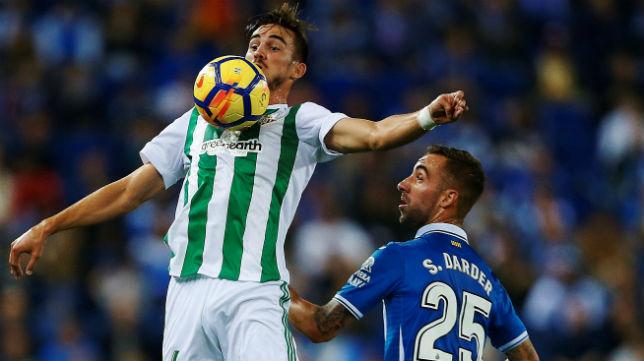 Fabián controla el balón en presencia del jugador del Espanyol Darder (Foto: EFE)