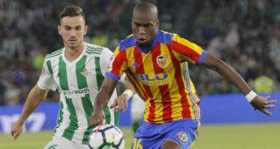 Fabián presiona a Kondogbia por un balón en el Betis-Valencia (Foto: Raúl Doblado/ABC)
