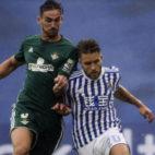 Fabián pugna con Kevin Rodrigues en una acción del Real Sociedad-Real Betis (Foto: EFE)