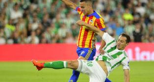 Rodrigo y Guardado pugnan por el esférico (Foto: AFP).