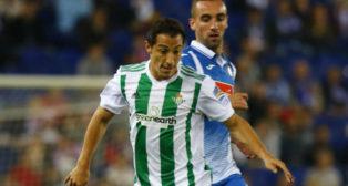 Guardado conduce la pelota en el partido ante el Espanyol (Foto: @RealBetis)