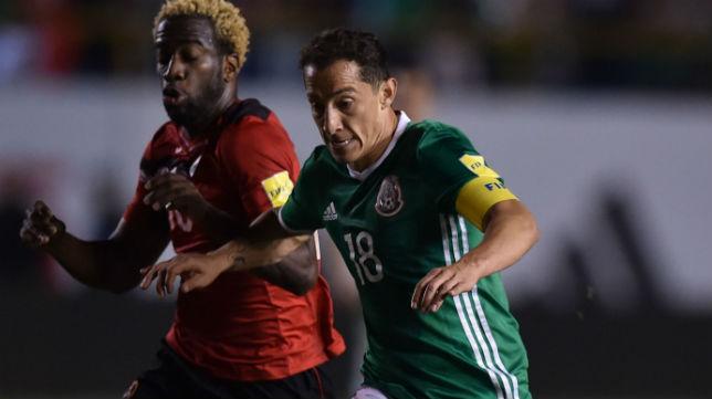 El mexicano Guardado trata de marcharse del jugador de Trinidad y Tobago Molino (Foto: AFP)