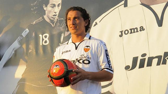 Andrés Guardado, en su presentación como jugador del Valencia (Foto: AFP Photo/ José Jordán)