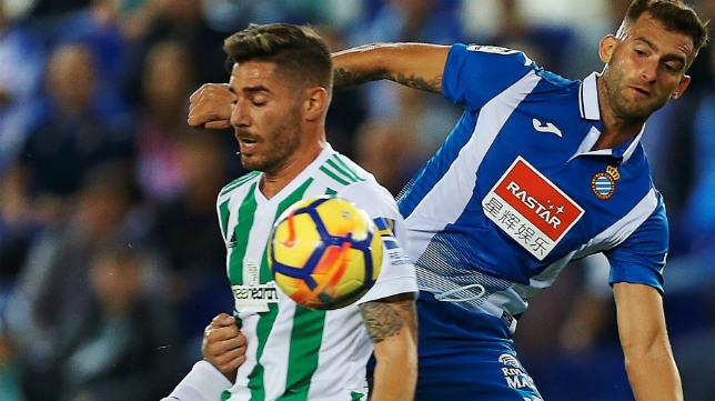Javi García, en un lance del Espanyol-Betis con Leo Baptistao
