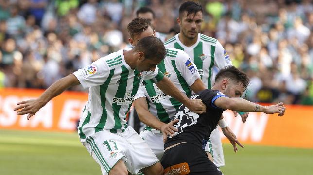 Joaquín y Fabián pelean con el alavesista Medrán un balón (Foto: J. M. Serrano/ABC)