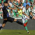 Joaquín centra durante el Betis-Alavés. Foto: J. M. Serrano