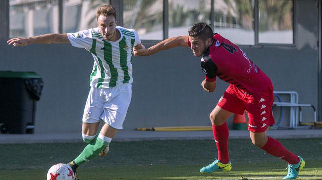 Loren se escapa de un rival del Mérida (Foto: Juan José Úbeda).