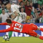 Sanabria supera al meta valencianista Neto para marcar el segundo gol (Foto: Raúl Doblado/ABC)