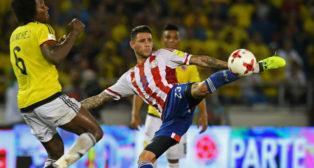 Sanabria remata en el partido jugado con Paraguay ante Colombia (Foto: AFP)