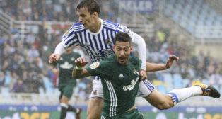 Sergio León es objeto de falta durante el Real Sociedad-Betis
