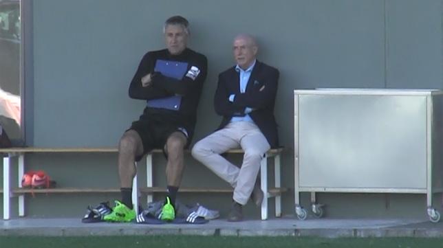 Setién y Serra Ferrer observan a los jugadores durante un entrenamiento