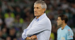 Quique Setién, con los brazos cruzados en la banda del Villamarín durante el partido ante el Valencia (Foto: Raúl Doblado/ABC)