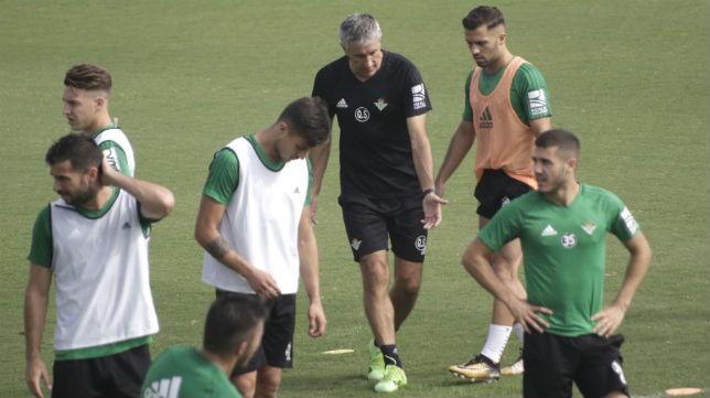 El entrenador del Betis, Quique Setién, habla con Durmisi durante un entrenamiento (Foto: Juan Flores)