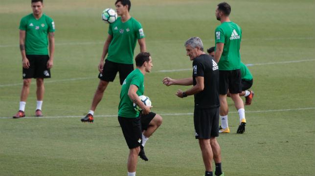 El técnico del Betis, Quique Setién, charla con Andrés Guardado durante un entrenamiento (Foto: Pepe Ortega)