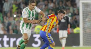 Feddal trata de detener una jugada de Santi Mina en el Betis-Valencia